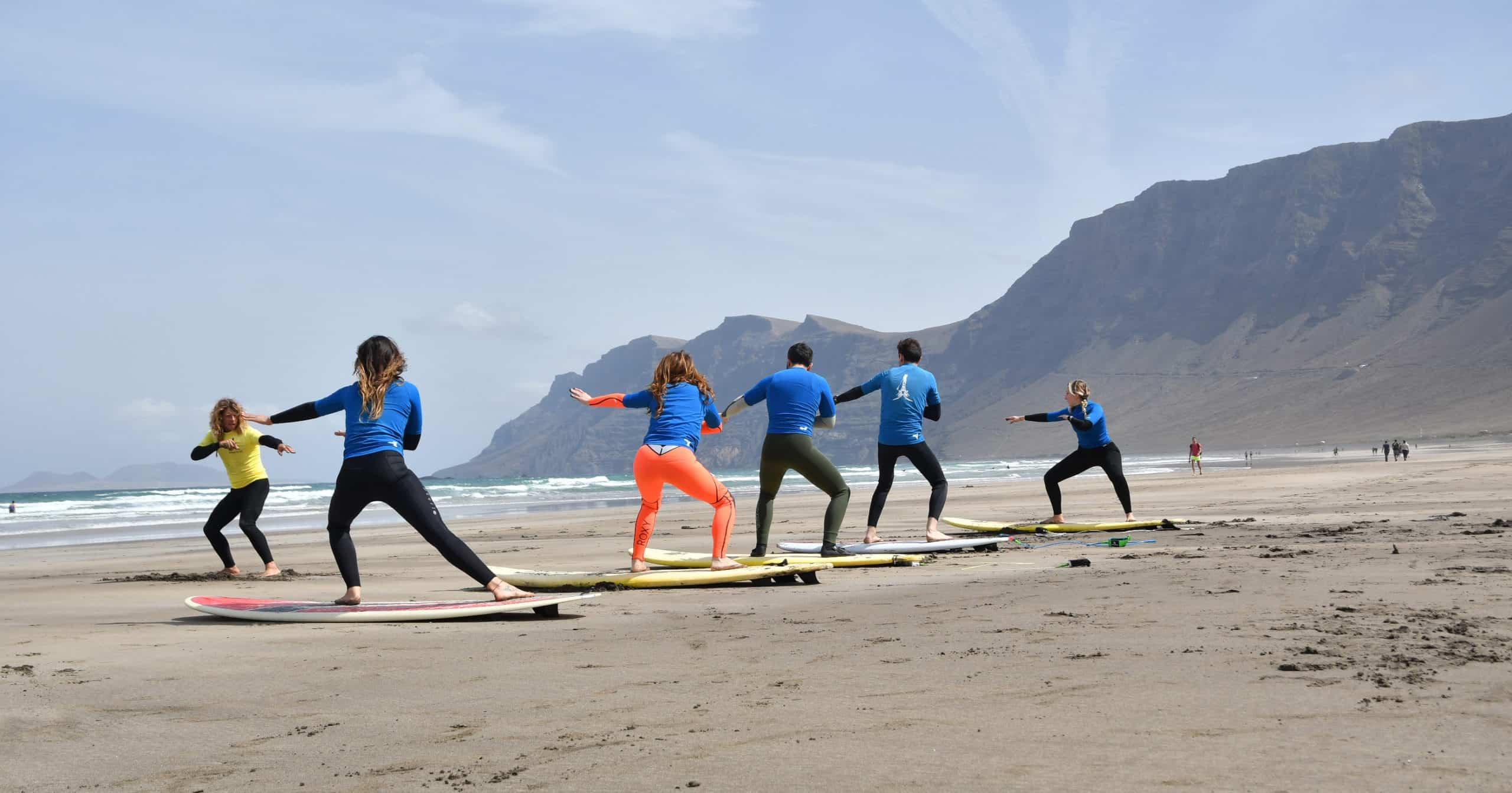 Estudiantes surf en Famara