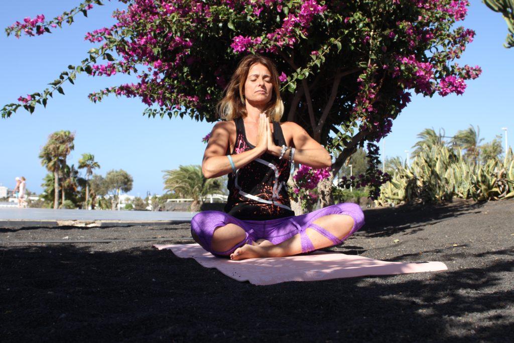 yoga en suelo volcánico lanzarote